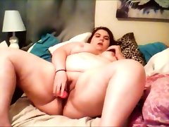 Bbw cums while on her bed with dildo